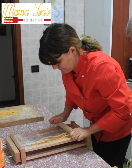 Maccheroni alla chitarra class - how to make the maccheroni with the chef Mama Isa