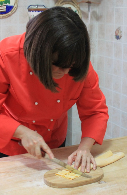 Mama Isa at her cooking school in Italy near Venice in Padua: how to cut fettuccine by hand